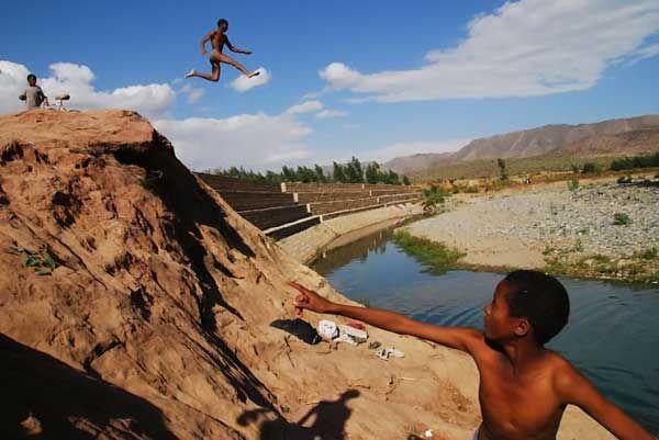 恶搞非洲跳水的小孩